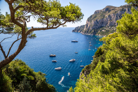 paisaje mediterraneo: La isla de Capri en un hermoso día de verano en Italia