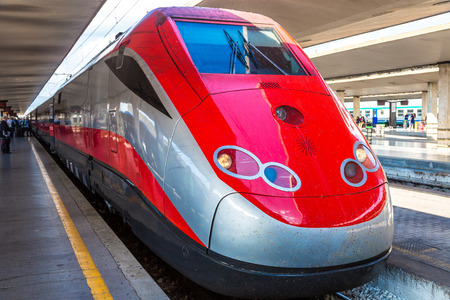 tren: Tren moderno en una estaci�n de tren de Florencia Santa Maria Novella en Italia Editorial