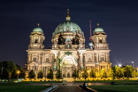dom: Berliner Dom à Berlin au nigth d'été Éditoriale