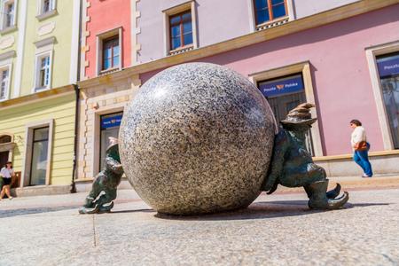 gnomos: WROCLAW, Polonia - 29 de julio: Escultura de gnomo de cuento de hadas hecho por Tomasz Moczek el 29 de julio de 2014 en Wroclaw, Polonia. Los más de 250 gnomos son símbolo turístico de Wroclaw