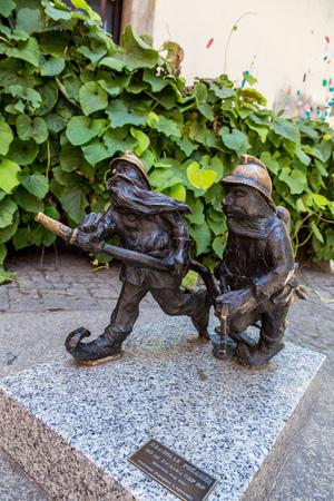 kabouters: WROCLAW, POLEN - 29 juli: Beeldhouwwerk van gnome uit sprookje gemaakt door Tomasz Moczek op 29 juli 2014 in Wroclaw, Polen. De meer dan 250 kabouters zijn toeristische symbool van Wroclaw