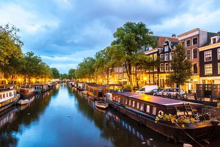 Amsterdamských kanálů a v noci. Amsterdam je hlavní a nejlidnatější město Nizozemska Reklamní fotografie