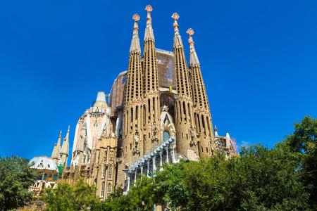 Sagrada Familia in Barcelona in Spanje in een zomerse dag Redactioneel
