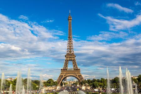 エッフェル塔は最もフランス、パリの最も有名なシンボルの記念碑を訪問 写真素材