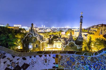 barcelone: Parc Guell à Barcelone, Espagne en une nuit d'été