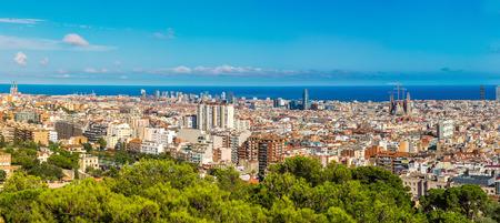 barcelone: Vue panoramique de Barcelone du Parc Guell à un jour d'été en Espagne Banque d'images