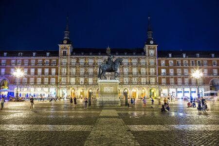 Statue de Philippe III à la Plaza Mayor à Madrid dans une belle nuit d'été, Espagne