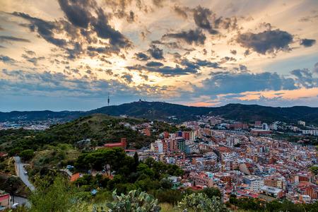 barcelone: Vue panoramique de Barcelone du Parc Guell à une soirée d'été en Espagne