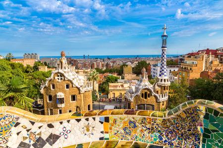 Park Güell od architekta Gaudího v letní den v Barceloně, ve Španělsku. Reklamní fotografie - 43356537
