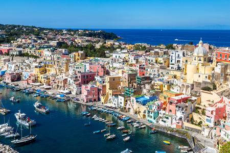 Procida eiland in een mooie zomerdag in Italië