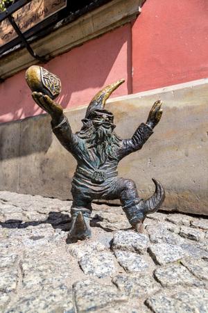 gnomos: WROCLAW, Polonia - 29 de julio: Escultura de gnomo de cuento de hadas hecho por Tomasz Moczek el 29 de julio de 2014 en Wroclaw, Polonia. Los m�s de 250 gnomos son s�mbolo tur�stico de Wroclaw