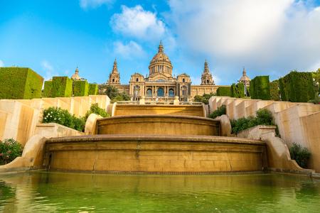 barcelone: Placa de Ispania (Le Musée National) à Barcelone, en Espagne dans un jour d'été