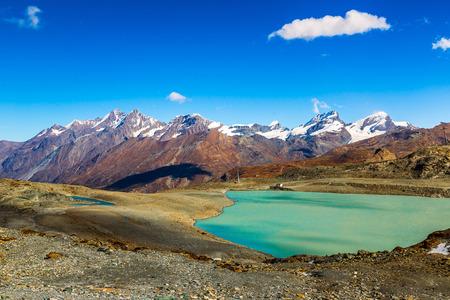 アルプス山風景や山の湖の美しい日でスイス連邦共和国で 写真素材