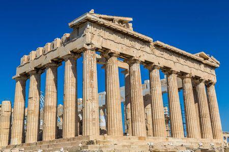 ancient greece: Templo del Parten�n en la Acr�polis en un d�a de verano en Atenas, Grecia Foto de archivo