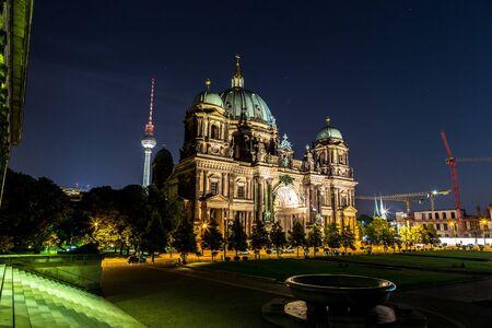 dom: Berliner Dom à Berlin à nigth d'été