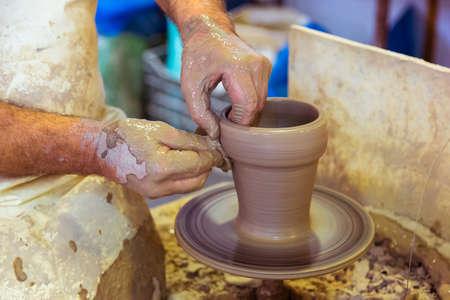 alfarero: Manos de un viejo alfarero, creando un tarro