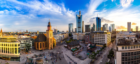 Letní panorama finanční čtvrti v německém Frankfurtu v letní den