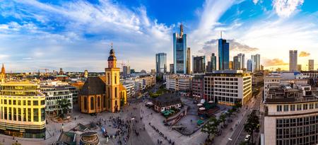 Zomer panorama van het financiële district in Frankfurt, Duitsland in een zomerse dag