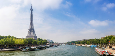 Seine v Paříži a Eiffelova věž v krásný letní den v Paříži, Francie