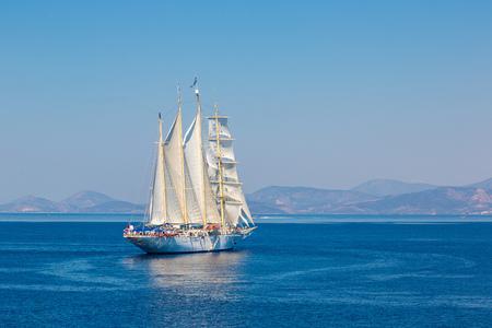 아름 다운 여름 하루에 배를 항해
