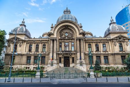 BUCAREST, ROUMANIE - 15 JUIN 2015: Banque CEC sur la rue de la Victoire dans une journée d'été à Bucarest, Roumanie Banque d'images - 46829414
