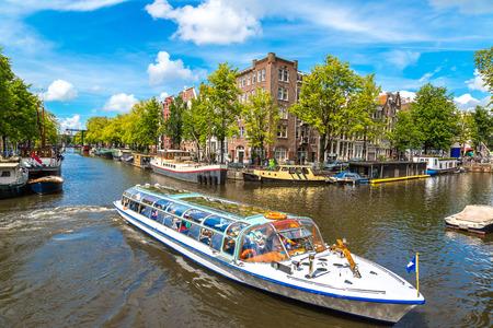 アムステルダムの運河。アムステルダムはオランダの人口の多い都市、首都です。