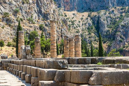 templo griego: El templo de Apolo en Delfos, Grecia en un d�a de verano Foto de archivo