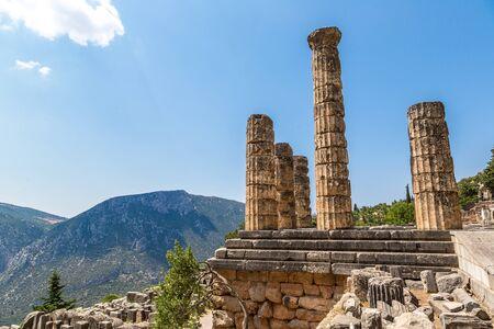 templo: El templo de Apolo en Delfos, Grecia en un d�a de verano Foto de archivo