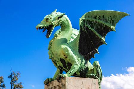 the dragons: Puente del Drag�n en un d�a de verano en Ljubljana, Eslovenia Foto de archivo