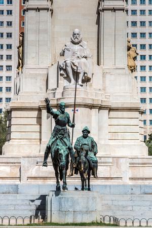 don quijote: Las estatuas de Don Quijote y Sancho Panza en la Plaza de Espa�a en Madrid, Espa�a Editorial