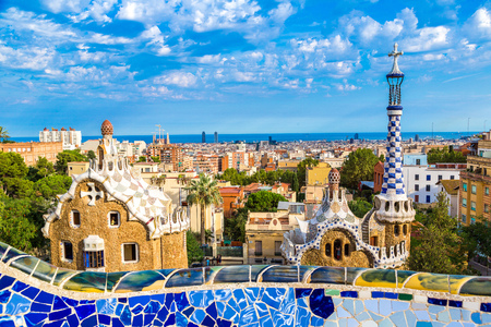 Park Guell door architect Gaudi in een zomerse dag in Barcelona, ​​Spanje. Stockfoto