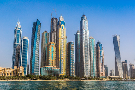 여름 하루에 두바이 마리나, 두바이, 아랍 에미리트 연방에 현대적인 건물 에디토리얼