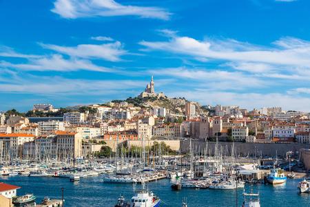 Letecký panoramatický pohled na bazilice Notre Dame de la Garde a starého přístavu v Marseille, Francie