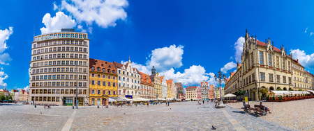 polen: City center and Market Square in Wroclaw, Poland in a summer day