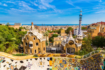 Park Güell od architekta Gaudího v letní den v Barceloně, ve Španělsku. Reklamní fotografie