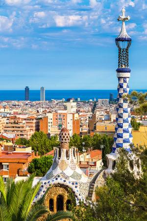 barcelone: Parc Guell par l'architecte Gaudi dans un jour d'été à Barcelone, Espagne.