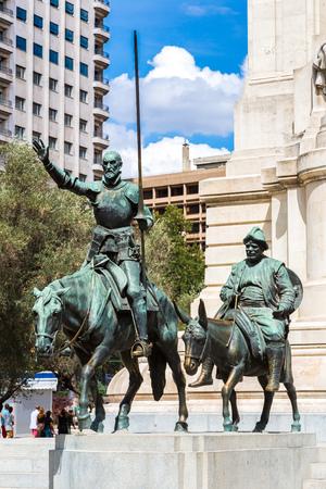 don quijote: Las estatuas de Don Quijote y Sancho Panza en la Plaza de España en Madrid, España Editorial