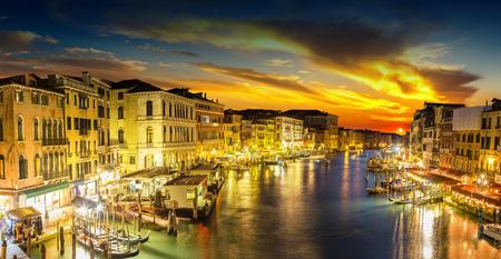 Canal Grande dans une nuit d'été à Venise, Italie