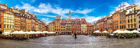 Oude stadsplein in Warschau in een zomerse dag, Polen Redactioneel