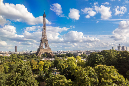パリ、フランスのエッフェル塔の美しい夏の日の空撮