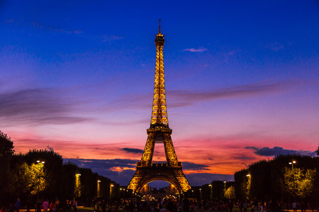 PARIS, FRANCE - JULY 14 2014: Eiffel Tower at sunset is the most visited monument in France and the most famous symbol of Paris, July 14, 2014 新聞圖片