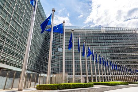 Bandeiras europeias em frente da sede da Comissão Europeia em Bruxelas no dia de verão Imagens