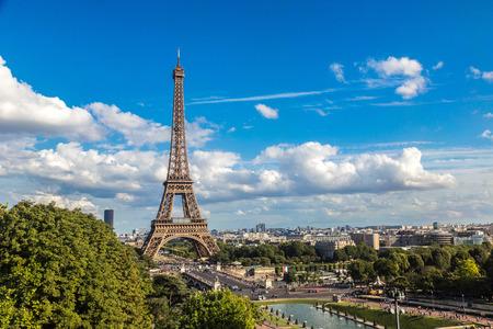Letecký pohled na Eiffelovu věž v Paříži, Francii v krásný letní den Reklamní fotografie - 48960485