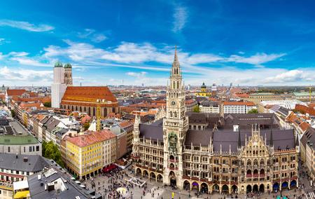 Letecký pohled na Marienplatz radnice a Kostel Panny Marie v Mnichově, Německo Reklamní fotografie - 49780175