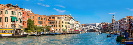 Gondel bij de Rialto brug in Venetië, in een mooie zomerse dag in Italië Stockfoto - 49779899