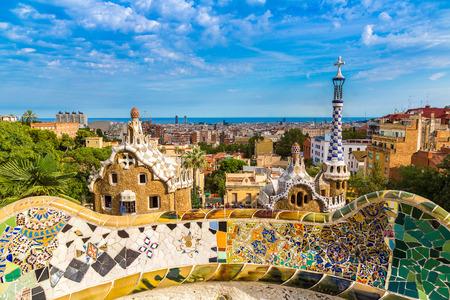 Barcelona: Parc Guell par l'architecte Gaudi dans un jour d'été à Barcelone, Espagne.
