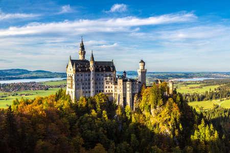 castillo medieval: Castillo de Neuschwanstein en un d�a de verano en Alemania Editorial