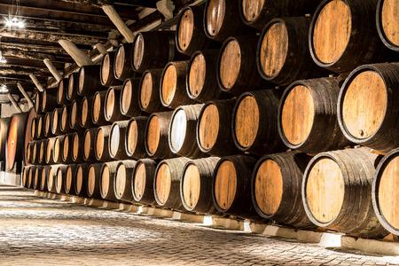 ポルトガルのポルトのワインセラーでの樽