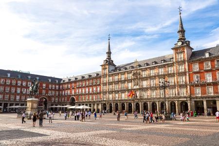 아름 다운 여름 일, 스페인 마드리드에서 시장 광장에서 필립 III의 동상 스톡 콘텐츠