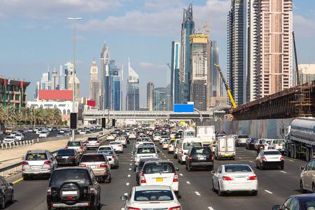 여름 하루에 두바이 셰이크 자이드로드 (Sheikh Zayed Road)에서 교통 체증